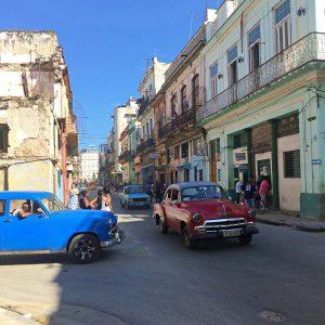 Alte Autos und Häuser Havanna