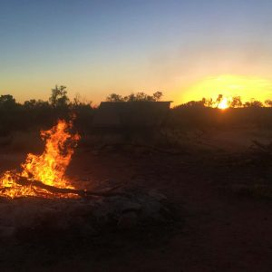 Lagerfeuer und Sonnenuntergang im Northern Territory Outback, www.soultravelista.de
